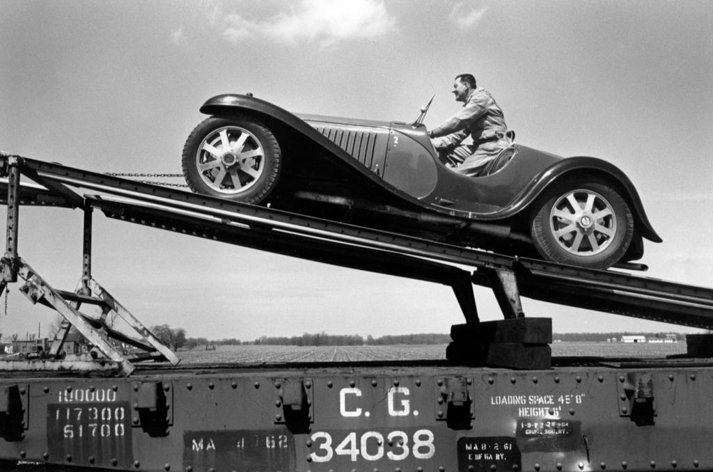 Невероятната история зад най-голямата колекция на ретро автомобили Bugatti в света