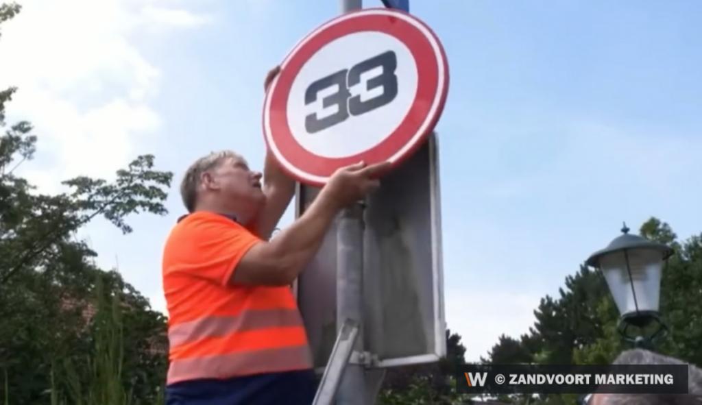 Сменят ограничителните пътни знаци в Зандвоорт със състезателния номер на Верстапен